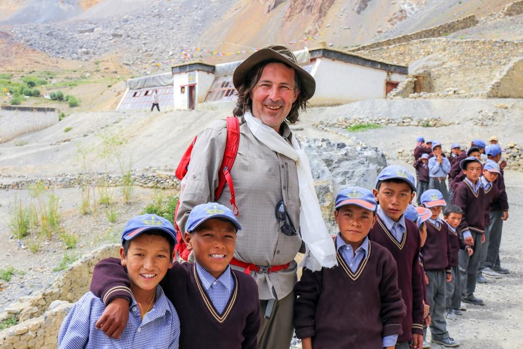 CHristian Hlade mit Schulkindern vor der Solarschule in Lingshed.
