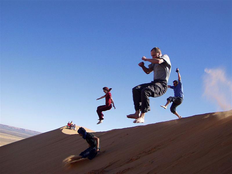 Luftsprünge in der Wüste in Marokko