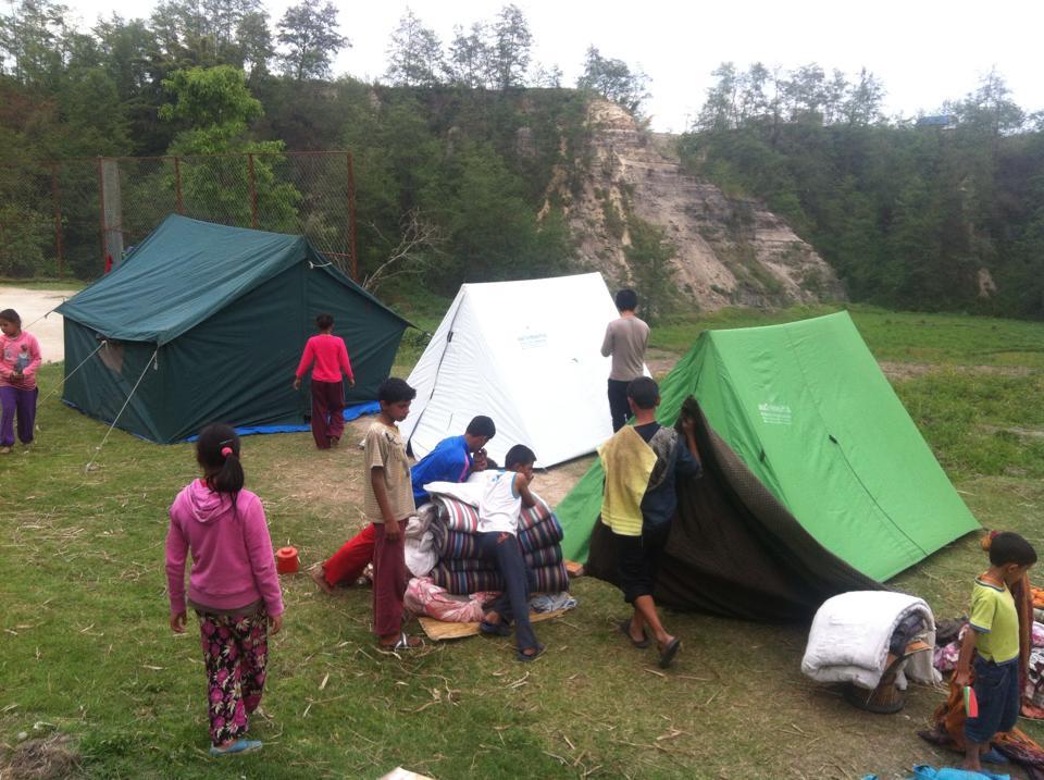 Für den Rest der Kinder stelle unser Team dann rasch Zelte aus. Unser Team vor Ort öffnete unser Depot und verteilte Nahrungsmittel, Zelte und andere nützliche Notfallsgüter an notleidende Menschen.