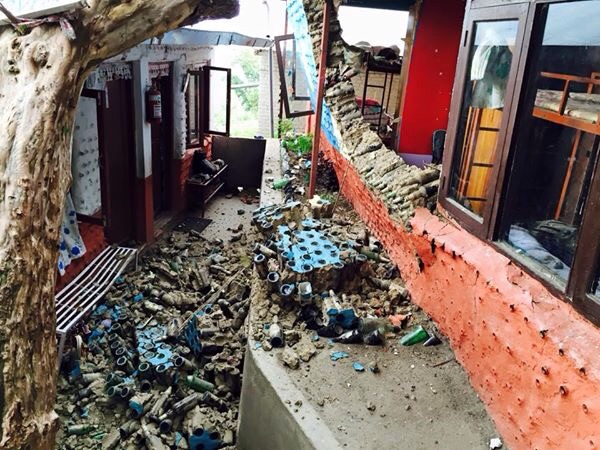 Ende April 2015 hat ein starkes Erdbeben die Gegend um die nepalesische Hauptstadt Kathmandu verwüstet, über 7.000 Menschen sind in den Trümmern ihrer Häuser und sonstiger eingestürzter Gebäude umgekommen. Hunderttausende haben ihre gesamte Existenz verloren.