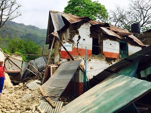 """Das total zerstörte """"Bottle-Houses"""" – Kinderheim nach dem Erdbeben in Nepal."""