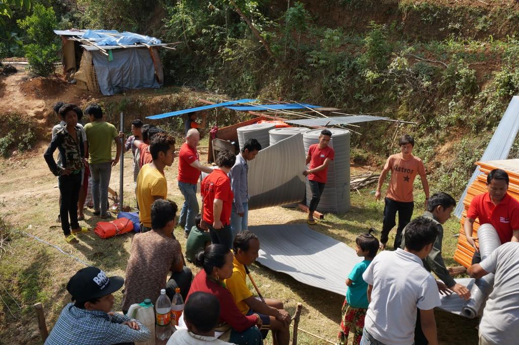 Das Material (Wellblech, Holzplatten, Isolierung, Fenstergitter, Schlösser, Türscharniere, etc.) wurde direkt in Nepal gekauft und ins Dorf transportiert bzw. getragen....
