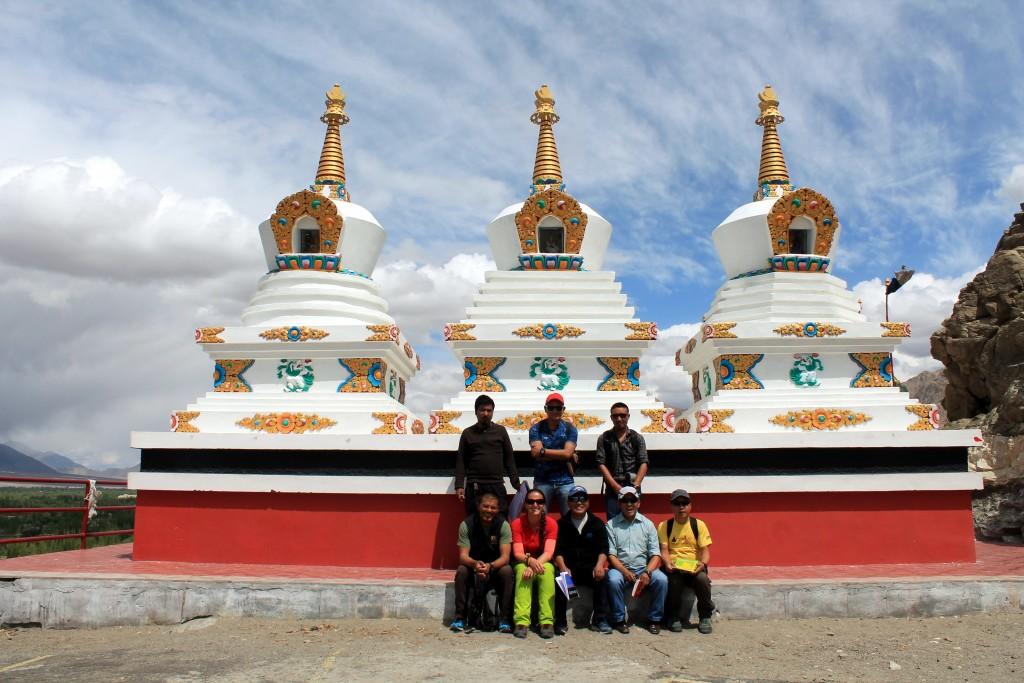 Die Stupas - ganz typisch füt Ladakh - hier mit den WWW-Guides im Kloster Thiksey