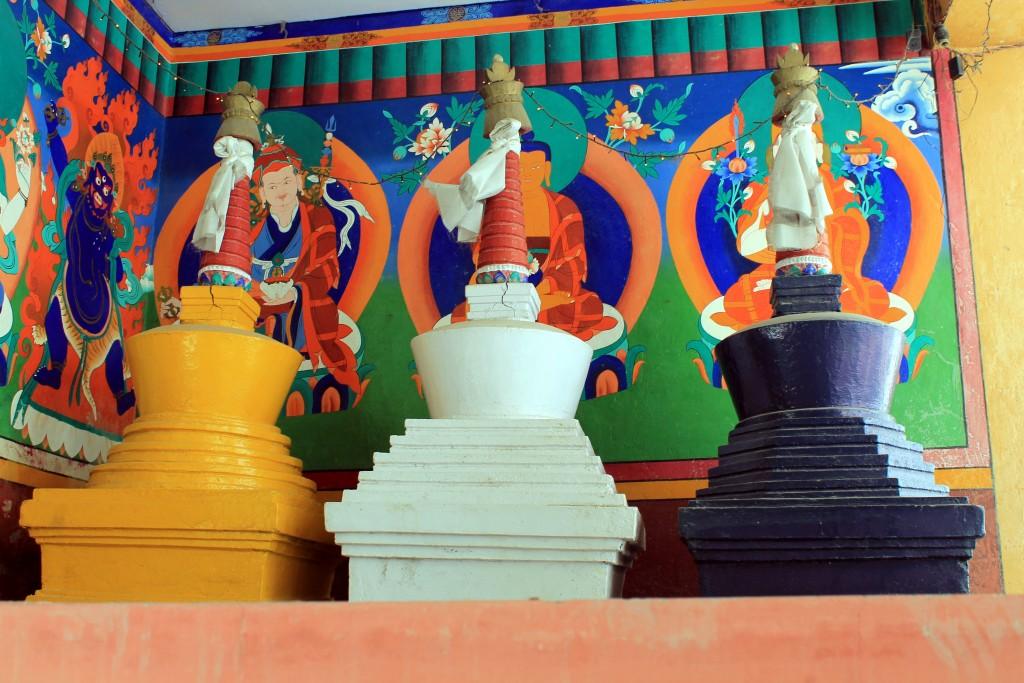 Die drei kleinen bunten Stupas findet man nur in Ladakh