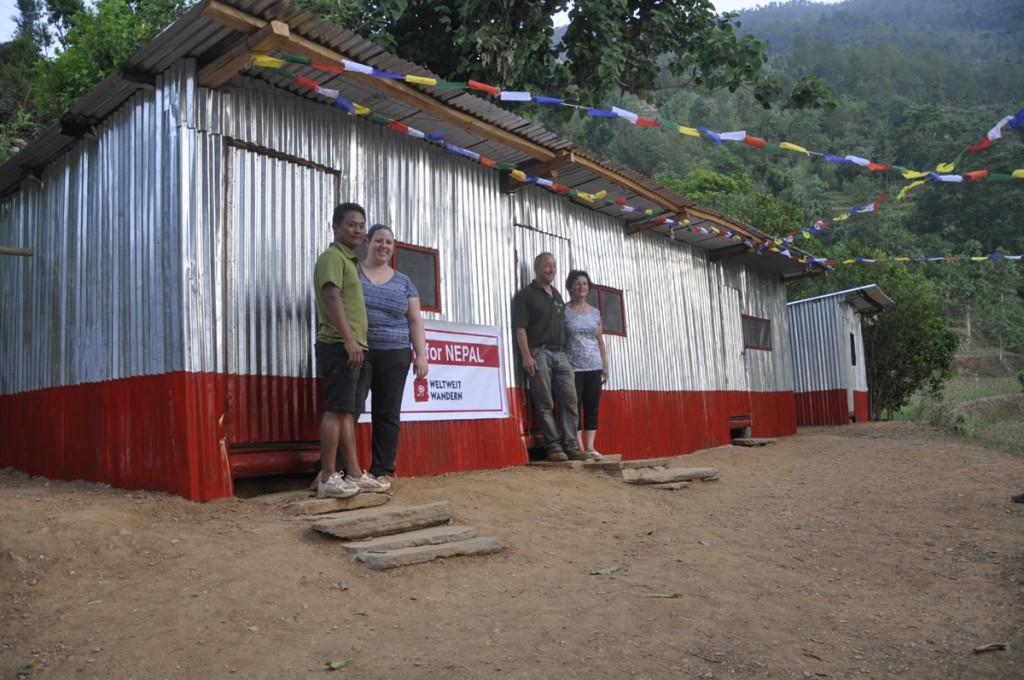 Rakam, Sandra und Sandras Eltern vor einer der neuerrichteten Hütten / Shelter. Ein gelungenes Projekt!
