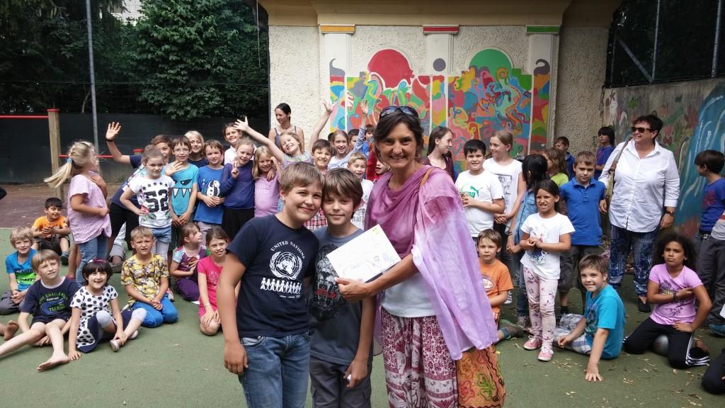 """Spendenaktion der Volksschule Geidorf. Im Bild """"Weltweitwandern Wirkt!"""" Geschäftsführerin Sonja Reinisch mit den Kids."""