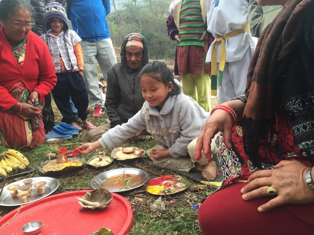 Die kleine Priyanka macht Zeremonie, Kinderheim-Mutter John Mary ist sehr glücklich