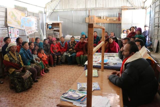 Dorfversammlung in Hile für den Schulneubau: Die Dorfschule in Hile im Distrikt Dolakha besuchen derzeit etwa 60 Kinder der Volksgruppen der Sherpa und der Tamang. Ein Gebäude wurde beim Erdbeben zerstört, zwei weitere stark in Mitleidenschaft gezogen.