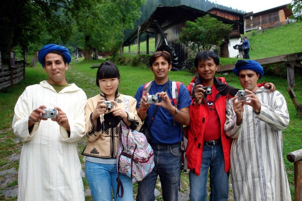 """Die Weltweitwandern-Guides schlüpfen in Österreich selbst in die Rolle von """"Touristen"""": Mustapha (Marokko), Irmunzaya (Mongolei), Rohid (Indien), Lakpa (Nepal), Mohamed (Marokko)."""