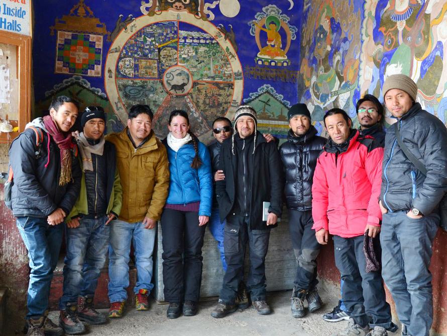 Caroline Ouderrou (in der Mitte in blau) mit den WWW-Ladakh-guides auf einer Exkursion im Kloster Thiksey. Immer wieder organisiert Weltweitwandern solche Sprachkurse vor Ort in seinen Zielländern.