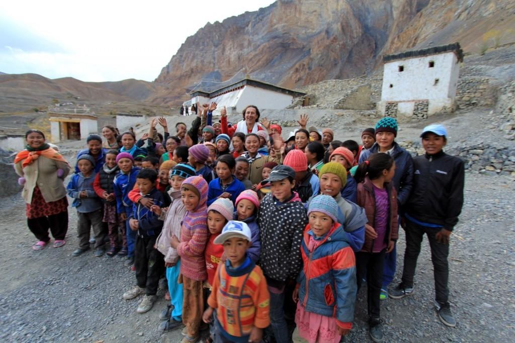 Rückkehr nach 13 Jahren: Christian Hlade im Herbst 2013 mit den Schulkindern vor der Solarschule in Lingshed.