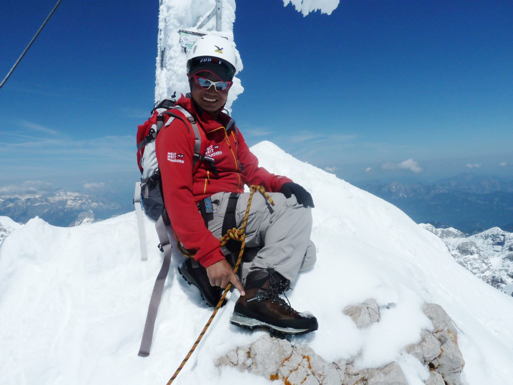 """Sonam Sherpa aus dem Everestgebiet in Nepal bestieg 2014 – organisiert durch  eine WWW-Reiseteilnehmerin - den Dachstein in Österreich. (Mit Schuhen unseres Kooperationspartners """"Dachstein""""!)"""