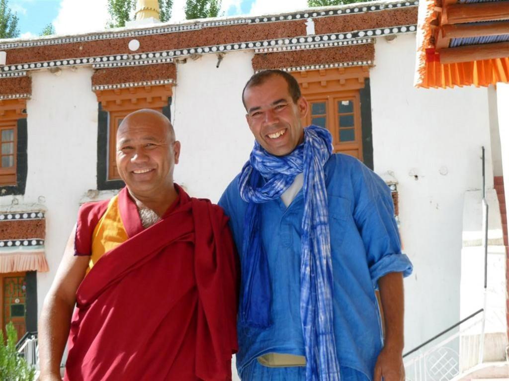 Lahoucine aus Marokko am Dach der Welt bei tibetischen Mönchen im Himalaya in Ladakh.