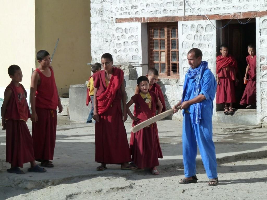 Dialog der Kulturen: Lahoucine aus Marokko übt mit den jungen Mönchen Baseballspielen in einem tibetischen Kloster in Ladakh…