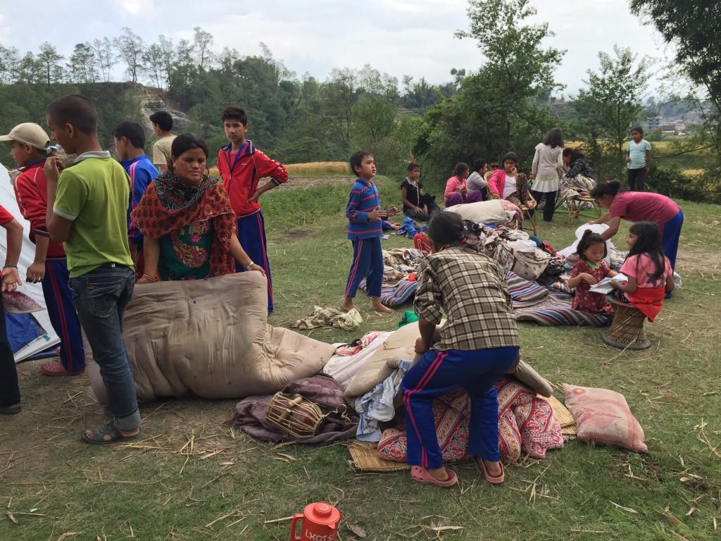 Usere Kinder verbringen nun - so wie fast alle Menschen in Nepal - die einkalten Nächte im Freien. Wir wollen Ihnen und anderen betroffenen Familien SO RASCH WIE MÖGLICH helfen!