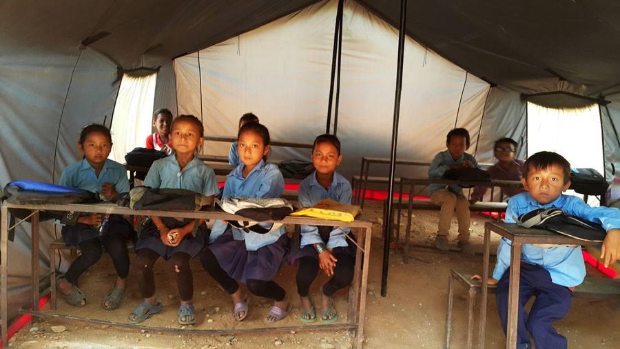 Die mit unseren Spendengeldern errichtete  Zeltschule  ermöglich über 400 Kindern nun einen Unterricht während der Regenzeit!
