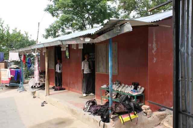 Die Häuser des Kinderheimes sind bereits - nach provisorischer Verkleidung mit Sperrholz - wieder bewohnbar!