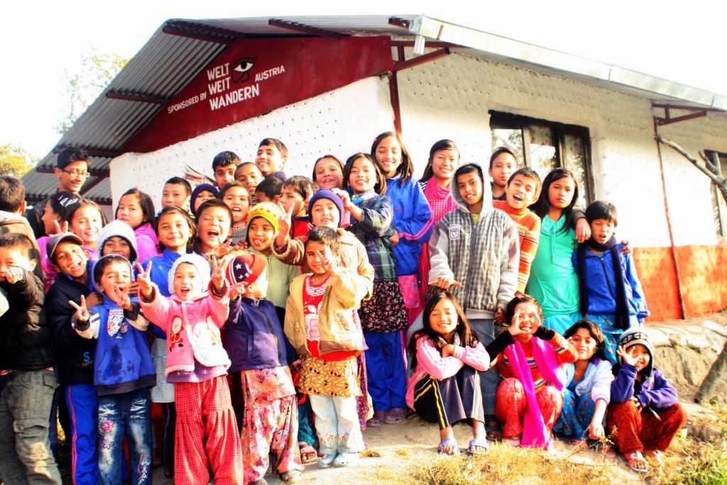 """Wandern ist also nicht nur äußerst gesund für den Körper und Geist der Wandernden. Wandern wirkt – durch die entstandene Beziehung zu anderen Kulturen und anderen Menschen – manchmal tatsächlich Wunder! In Nepal bauen wir nun unser Kinderheim wieder auf und werden in Zukunft noch mehr Kinder beherbergen können: Alles Dank der Spenden unserer """"Mitwanderer""""! Dankeschön!!!"""