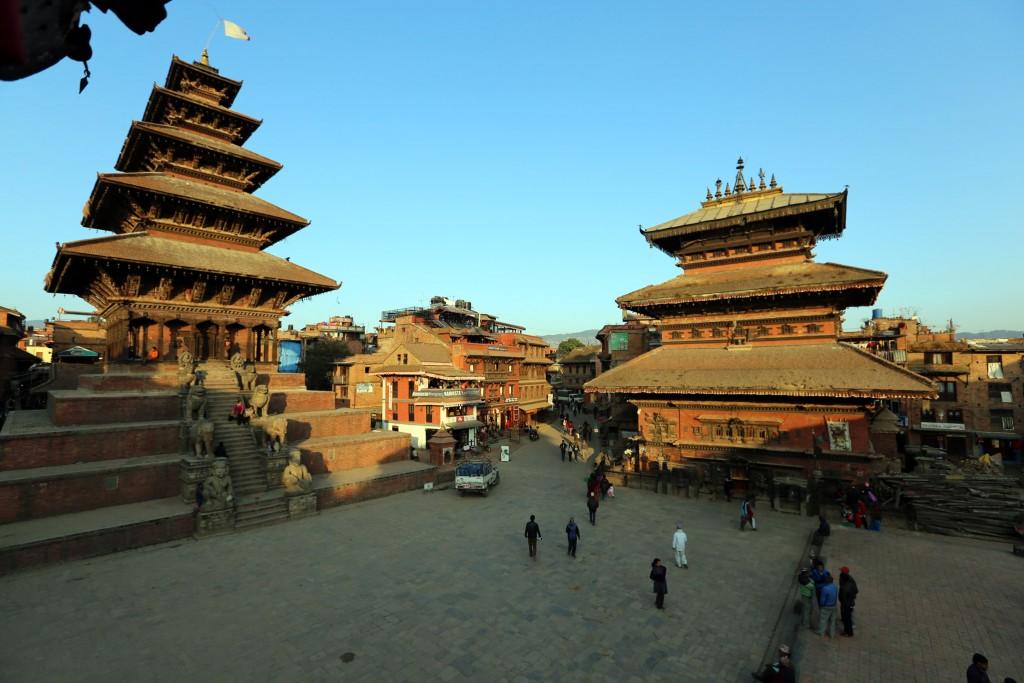 Selbst in Bhaktapur, das ja am meisten vom Beben betroffen war, wurden die allermeisten Tempelanlagen nicht zerstört.