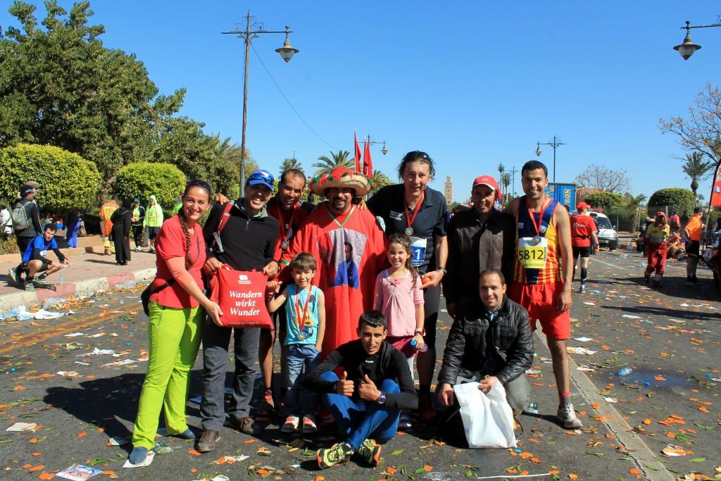 Über 7000 Teilnehmer - davon über 50% aus Europa  - liefen am 31.1. in Marrakech bei Marathon mit. WWW-Chef Christian Hlade, Christian Hlade, Marokko-Partner Lahoucine Taha und die Guides Omar Fadil und Kamal Bouch sind auch mitgelaufen und sind alle ins Ziel gebommen!