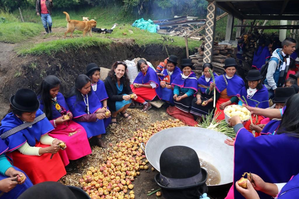 Mithilfe beim Kartoffelschälen in autonomen Stammesgebiet von Silva